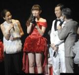 デュエットソングを披露した限定ユニット「陽菜と北川」(左から)小嶋陽菜&北川謙二氏(撮影:鈴木かずなり)
