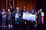 優勝賞金1万ドル(約100万円)の目録を手に喜ぶNUMBERS