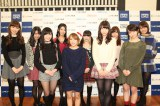 AKB48(前列左から)小嶋陽菜、渡辺麻友、高橋みなみ、柏木由紀、峯岸みなみ、(後列左から)北原里英、倉持明日香、市川美織、大場美奈、島田晴香