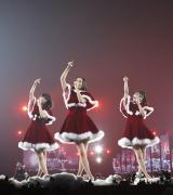 サンタクロースの衣装を披露したPerfume
