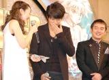 北川悠仁(中央)からハンカチを渡される潘めぐみ(左)=映画『劇場版HUNTER×HUNTER−The LAST MISSION−』クリスマスイベント