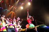秋葉原の常設劇場で行なっている『夏だね☆』のゴムボートによる「大航海」を、そのまま日本武道館に持ち込んだ仮面女子(C)De-View