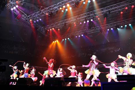 ステージをぐるりと囲んだ観客の中央でパフォーマンスを見せる(C)De-View