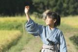 大河ドラマ『軍師官兵衛』(写真は1月5日放送、第1話より)土産にもらったビードロを太陽に透かし、広い世界に思いをはせる万吉(若山耀人)(C)NHK