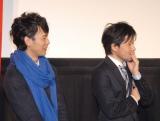 映画『ジャッジ!』の新成人限定試写会イベントでちくわ演奏に聞き入る(左から)妻夫木聡、永井聡監督 (C)ORICON NewS inc.