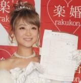涙を流しながら婚姻届にサインした鈴木奈々 (C)ORICON NewS inc.