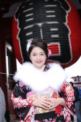 浅草・浅草寺でおみくじを引き、「吉」が出たと喜ぶ歌恋