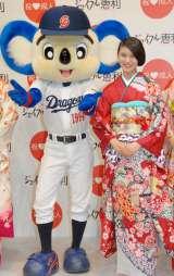 着物ブランド『ジョイフル恵利』新成人振り袖ファッションショーに登場した(左から)ドアラ、武井咲 (C)ORICON NewS inc.