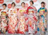 着物ブランド『ジョイフル恵利』新成人振り袖ファッションショーに登場した武井咲(右から2番目) (C)ORICON NewS inc.
