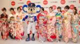 着物ブランド『ジョイフル恵利』新成人振り袖ファッションショーに登場した(中央左から)ドアラ、武井咲 (C)ORICON NewS inc.