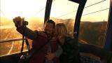 夕景の富士山が美しいロープウェイで、禁断のキス!=1月11日放送『芸能人夫婦入れ替え旅』(C)テレビ朝日