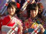 誕生日は4日違い 3月に20歳になる渡辺麻友(左)と島崎遥香