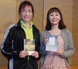 ジャージ姿で会見に臨んだ姫野カオルコ氏(左)、朝井まかて氏 (C)ORICON NewS inc.