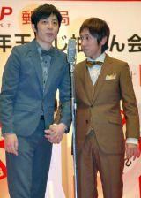 2014年用年賀はがき抽せん会場で漫才を披露したキングコング(左から西野亮廣、梶原雄太) (C)ORICON NewS inc.