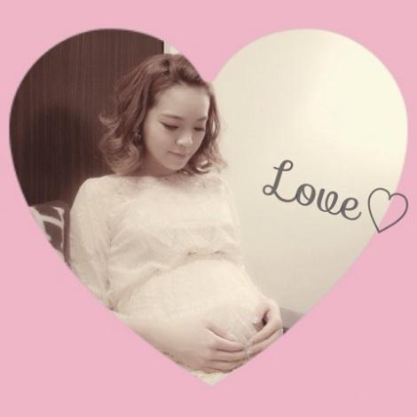 サムネイル ブログでは妊娠7ヶ月のお腹を披露した春名亜美 (画像は許可をいただき掲載しています)