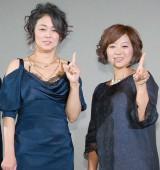 中島知子(左)考案の「上昇思考ポーズ」を決める二人 (C)ORICON NewS inc.