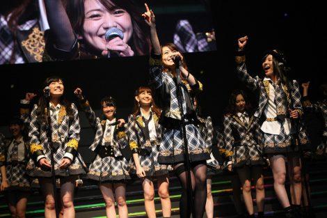 『AKB48リクエストアワー セットリストベスト200 2014』2日目公演で卒業曲を披露した大島優子(写真中央) (C)AKS