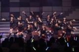 初ステージで「PARTYが始まるよ」を披露したドラフト生19人 (C)AKS