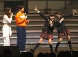 大島チームKがドラフトで指名した小6コンビが決めポーズ!(写真左から大島優子、島田晴香、後藤萌咲、下口ひなな)(C)AKS
