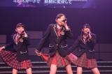 AKB48がドラフト1位指名した3人が前座で「ミニスカートの妖精」を披露(左からチームK1位後藤萌咲、チームA1位西山怜那、チームB1位横島亜衿)(C)AKS