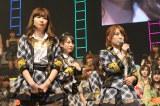 困惑の表情を浮かべるメンバーたち(左から)小嶋陽菜、松井玲奈、高橋みなみ(C)AKS