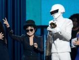 主要2冠を獲得したダフト・パンクを祝福するオノ・ヨーコ Getty Images Entertainment