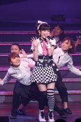 『AKB48ユニット祭り2014』渡辺麻友による「ラッパ練習中」(C)AKS