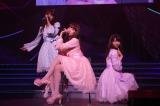 セクシーパフォーマンスを披露した(左から)松井玲奈、小嶋陽菜、柏木由紀(C)AKS