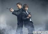 親子でバディを組む刑事ドラマ『ビター・ブラッド』がフジテレビ系で4月スタート。主演の佐藤健(右)と父親役の渡部篤郎(左)