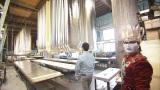 歴清社の壁紙の制作現場を見るデーモン閣下=TBS系で2月2日放送『世界が知りたいニッポンの技〜美と食の匠たち…ひろしま篇〜』(C)RCC