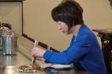 広島・オタフクソースでお好み焼きの作り方を習う阿川佐和子=TBS系で2月2日放送『世界が知りたいニッポンの技〜美と食の匠たち…ひろしま篇〜』(C)RCC