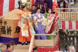 成田山節分祭の追儺豆まき式に参加した(左から)杏、財前直見、松浦雅