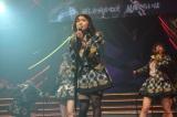 センター曲「前しか向かねぇ」を熱唱する大島優子(C)AKS