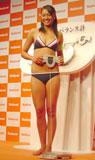 松下電器産業の新体脂肪計『体組成バランス計』の発表会で引き締まったボディを披露した浅尾美和