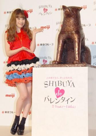 『SHIBUYA de バレンタイン』開催記者発表会』に出席した高橋愛(右はチョコレートで作成されたハチ公像) (C)ORICON NewS inc.