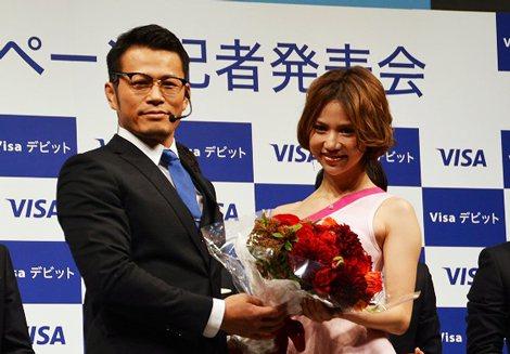 「VISAデビットカードキャンペーン」に出席した須藤元気と水沢アリー (C)oricon ME inc.