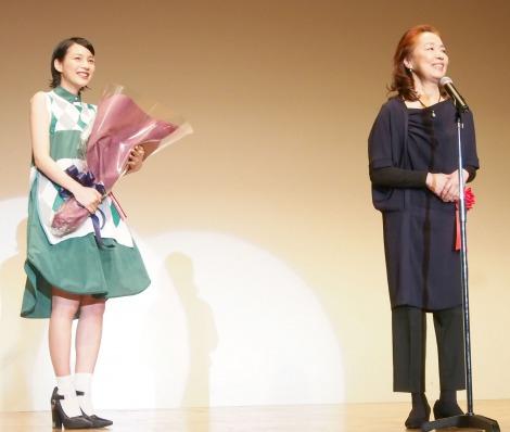 『2014年エランドール賞』新人賞を受賞した能年玲奈(左)とお祝いに駆けつけた宮本信子 (C)ORICON NewS inc.