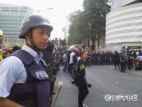 総選挙翌日の午後。反政府デモ隊が政府関連施設につめかけたもっとも緊迫した瞬間を取材する榎並大二郎アナウンサー