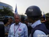 タイ・バンコクで反政府デモ隊のリーダーのステープ元副首相を取材する榎並大二郎アナウンサー。