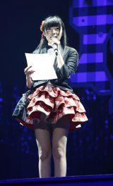 タキシード風のジャケットを着た指原支配人が新曲「桜、みんなで食べた」の選抜メンバーを発表(C)AKS