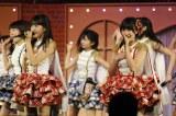 新曲でもWセンターを務める田島芽瑠(左)&朝長美桜 (C)AKS