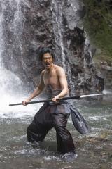 大河ドラマ『軍師官兵衛』に出演する速水もこみち。2月9日放送の第6回では、滝壺で大きな槍を振り回すシーンが見もの。総合テレビでは通常より早い午後7時15分からなのでご注意を(C)NHK