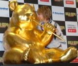 くんくん…チョコの香り? 888万円の『黄金のジャイアントパンダ像』と鈴木奈々(右)=『GOLD EXPO〜黄金の世界展〜』オープニングイベント (C)ORICON NewS inc.