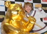 888万円の『黄金のジャイアントパンダ像』と2ショット! 『GOLD EXPO〜黄金の世界展〜』オープニングイベントに出席した鈴木奈々 (C)ORICON NewS inc.