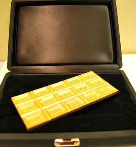 厳重に管理される1260万円の「金の板チョコ」=『GOLD EXPO〜黄金の世界展〜』オープニングイベント (C)ORICON NewS inc.