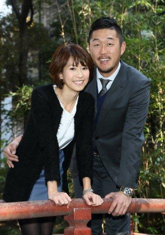 サムネイル 入籍を発表した鷲巣あやの(左)と青松敬鎔選手(右)