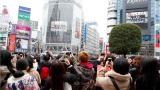 東京・渋谷スクランブル交差点でスペシャル映像に見入るファン (C)ORICON NewS inc.