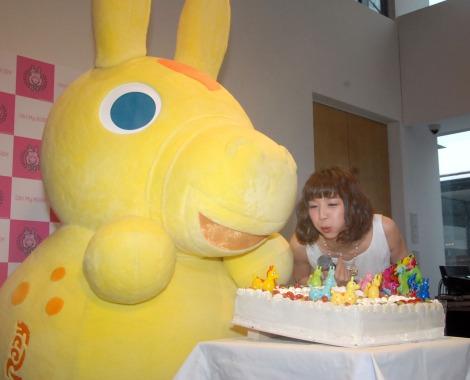 ケーキのロウソクを吹き消す芹那=写真集『Oh! My RODY』発売記念イベント (C)ORICON NewS inc.