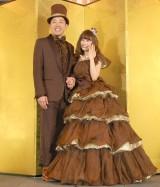 おそろいのチョコレート色衣装で登場したあべこうじ&高橋愛夫妻 (C)ORICON NewS inc.