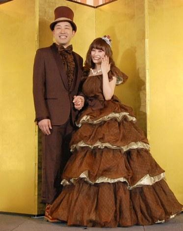 おそろいチョコレート色の衣装で登場したあべこうじ&高橋愛夫妻 (C)ORICON NewS inc.